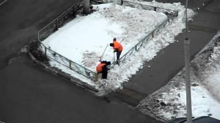 Работаем тремя лапатами. Уборка снега в Митино.(Устали мы, бедные. Разадели нас в желтое, выдали аж 3 лопаты на двоих. Не... лучше в мобильник поиграем., 2012-04-14T17:46:20.000Z)
