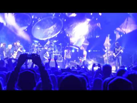 Nickelback - Master Of Puppets/Walk (Live in Montreal)