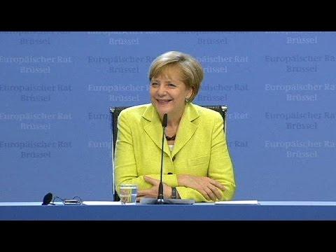 Von Kollegen im Stich gelassen: Journalist singt alleine für Angela Merkel