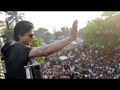 Shahrukh Khan BIRTHDAY Celebrations With Fans Outside Mannat