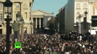 Les fans de Johnny Hallyday affluent pour un dernier adieu à leur idole à Paris