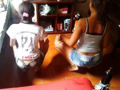 Mariana e Allana dançando bonde das