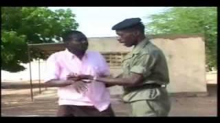 le fumeur de yamba et le policier-comédie.avi