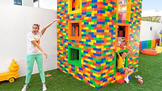 Download 색 장난감 블록과 빌드 세 가지 수준 하우스 블라드와 니키 플레이