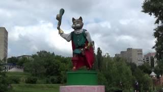 """Кот в сапогах приветствует гостей детского парка """"Сказка"""" в г. Сумы под песню """"Весёлый ветер"""""""