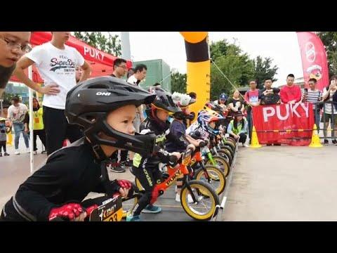 Çin'de küçük çocuklar pedalsız bisikletlerle kıyasıya yarıştı