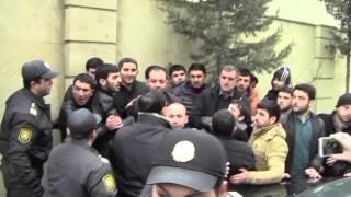 Polislə aksiyaçıların əlbəyaxa davası