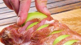 Schneide tiefe Spalten ins Fleisch & lege Äpfel rein.