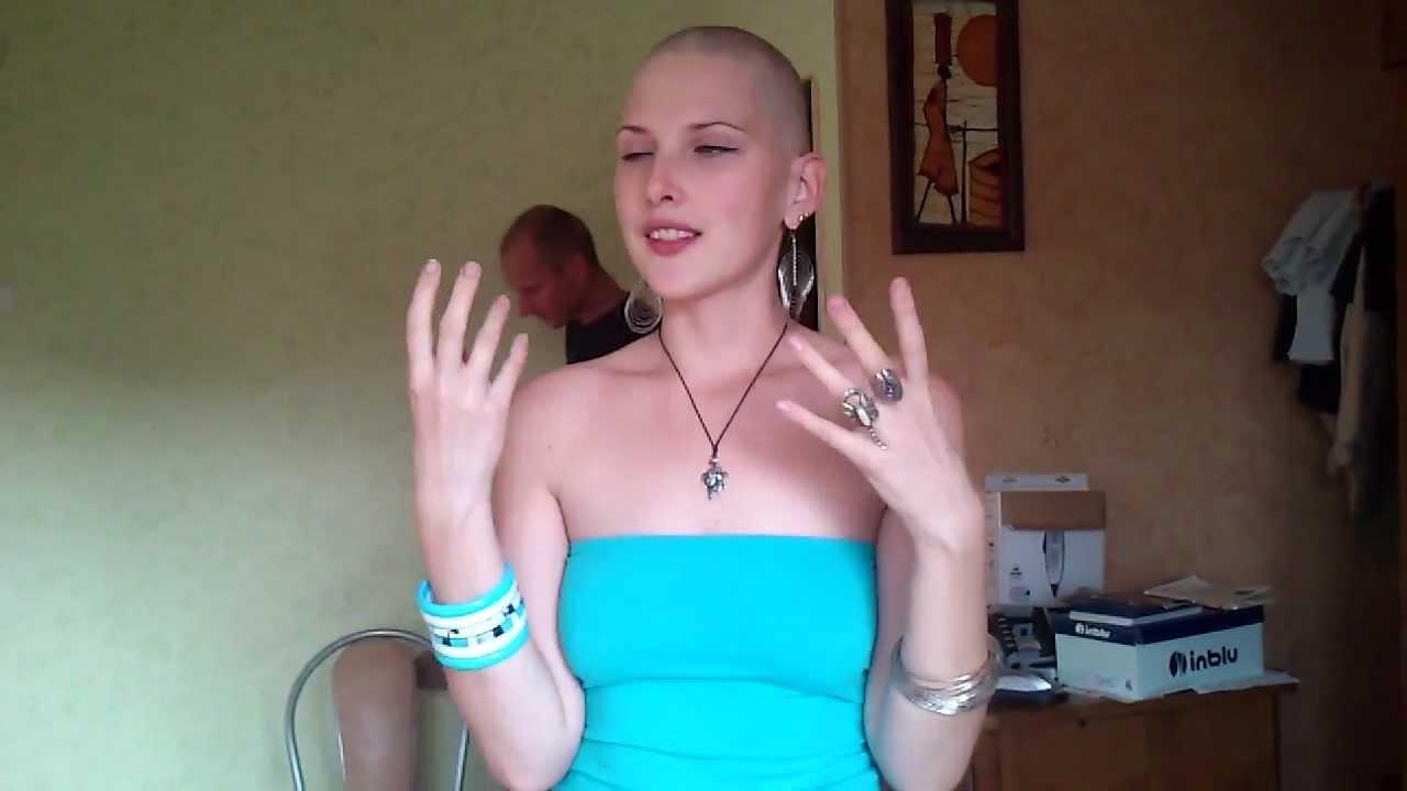 видео длинноволосая женщина ради мужика подстрегается долыса впастель к женщине