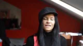 Девушка красивая, но плюс круто читает быстрый рэп