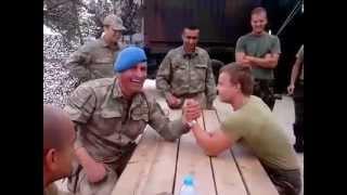 Türk Askeri İle Holanda Askeri Bilek Güreşi