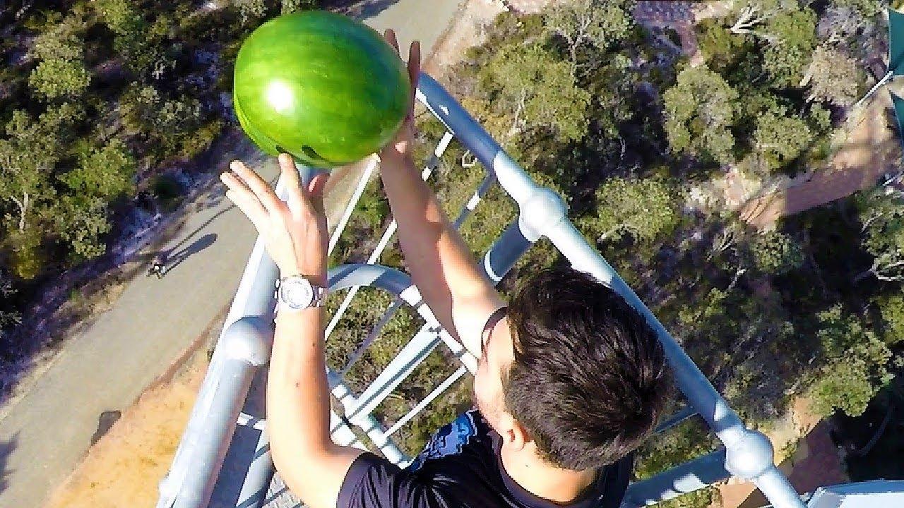 Mit dem Line-X Spray übersteht eine Wassermelone den Fall aus 45 Meter Höhe