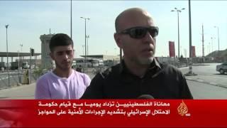 معاناة الفلسطينيين مع حواجز الاحتلال