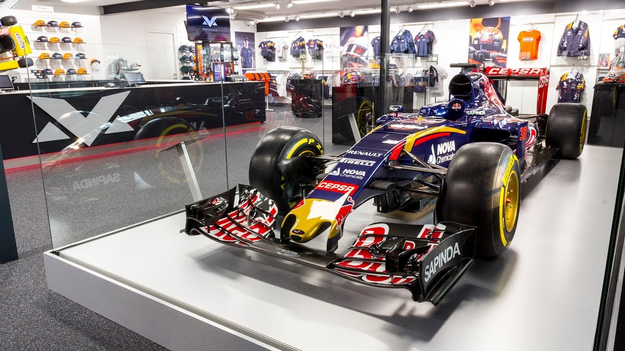 scuderia toro rosso str10 in max verstappen store swalmen 17 10 2017 youtube. Black Bedroom Furniture Sets. Home Design Ideas