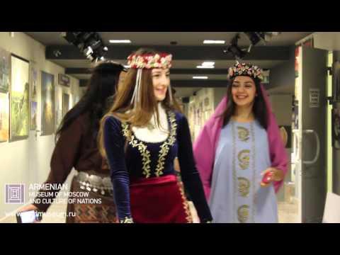 Ажиотаж, фотозона, дефиле традиционных армянских костюмов в Армянском музее Москвы.
