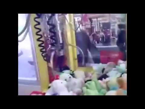 Как правильно достать игрушку из автомата