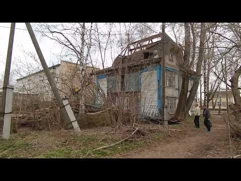 В Омутнинске разбирают последний расселенный дом