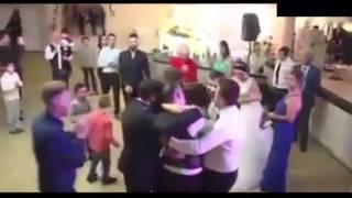 engelli kardeşini düğünde dansa kaldırdı