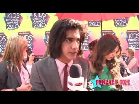 Victorious Stars' Avan Jogia & Victoria Justice Chat on the Orange Carpet