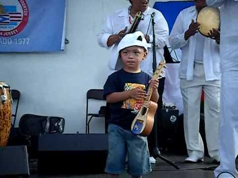Jatniel con su cuatro y orquesta LOL