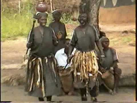 the shona people in zimbabwe The people of zimbabwe prefer to wear colorful dresses wraparounds and headdresses are quite popular garments among the women for men, a breastplate made from animal skin is very popular.