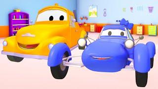 Modrý Závodní auto a Odtahový vůz Tom   Animák z prostředí staveniště s auty a nákladními vozy