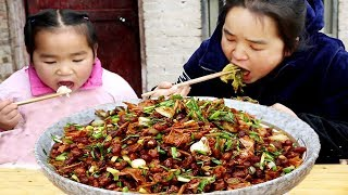 挖野葱炒豆豉,开水泡白辣椒,苗大姐什么操作,出锅两碗米饭不够吃!【苗阿朵美食】