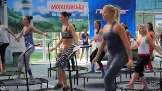 видео Сжигаем калории с помощью прыжков на батуте