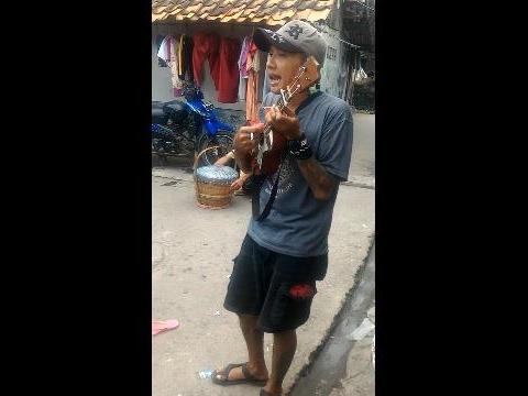 BARU !! Pengamen Jalanan Kreatif Ciptain Lagu Bikin Ngakak