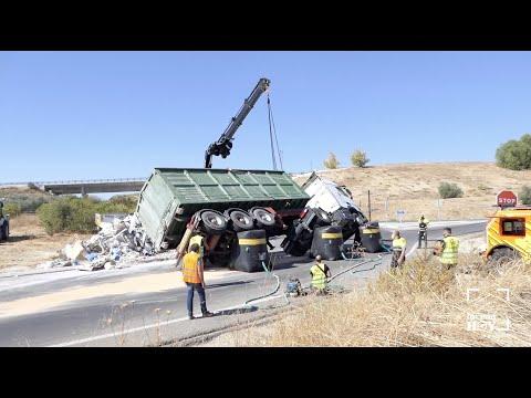 VÍDEO: Un camión vuelca en la rotonda de acceso a la A45. Así ha sido levantado tras retirar su carga...