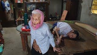 Mẹ già 93 tuổi chân bước đi không nổi vẫn phải chăm lo cho cậu con trai bại liệt suốt 40 năm
