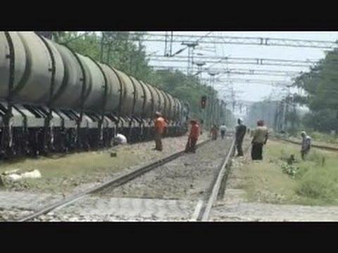India - Train Se Live Petrol ki Chori