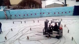 Зима и утро, а новая группа студентов, готова осваивать навыки вождения на погрузчике