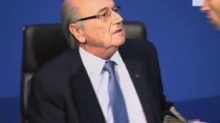 نقود مزيفة تهطل على بلاتر وتحرجه في مؤتمر صحفي