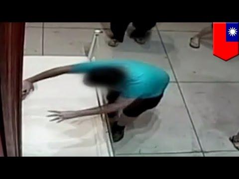 Lukisan mahal jadi bolong karena anak jatuh tersandung - Tomonews
