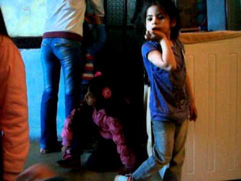 Mis sobrinas bailando mueve el toto - YouTube