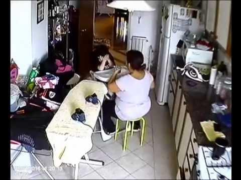 Las cámaras le mostraron cómo la niñera golpeaba a su hermano y lo salvó