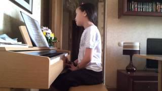 Алек играет на пианино.