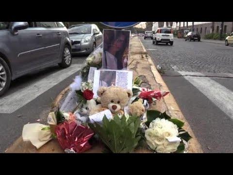 Napoli, gli amici portano fiori per la 15enne travolta da un'auto
