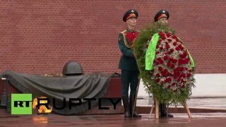 Russia: Karimov honours fallen heroes at Tomb of Unknown Soldier in Moscow