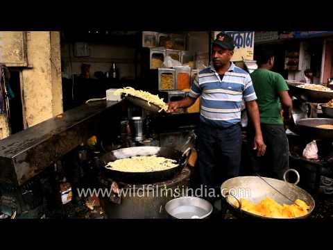 Preparing a savory street food snack : Udaipur