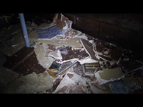 El techo del bar 'Moga Rosa' se derrumba encima del dueño
