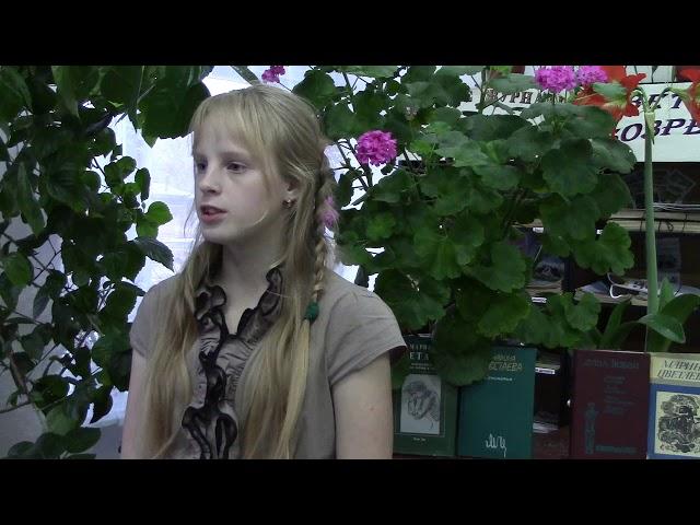 Изображение предпросмотра прочтения – ТатьянаСергеева читает произведение «Девочка в красном и девочка в синем» М.И.Цветаевой