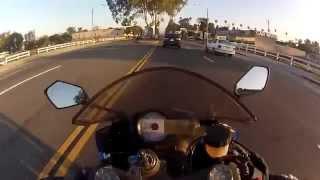 Мотоциклист красиво увернулся от автомобилей