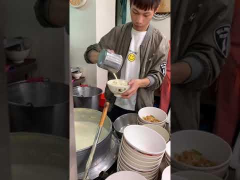 台湾の定番朝ごはん 現地の人ばかり 冷たい豆乳と暖かい豆乳 揚げパン入り 鹹豆漿(塩味の温かい豆乳スープ) 芳ばしい風味と卵の組み合わせ...