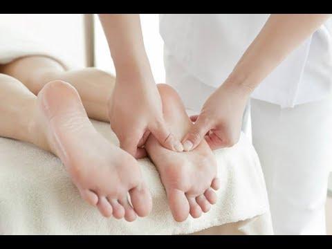 Agua con sal para los pies hinchados
