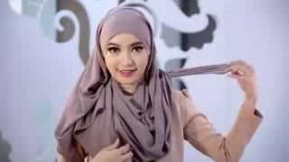 Tutorial Hijab Praktis untuk ke Kantor   Lihat video   She Indonesia   BlackBerry   3GP Video1