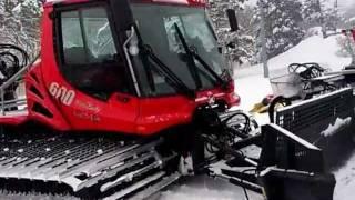 [だいせんホワイトリゾート]ゲレンデ整備はこの圧雪車が行います。