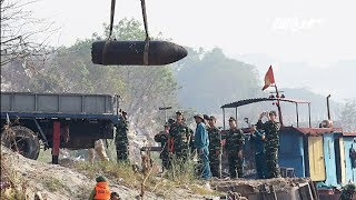 VTC14 | Trục vớt quả bom dài 2 mét dưới sông Hồng đoạn gần trụ cầu Long Biên