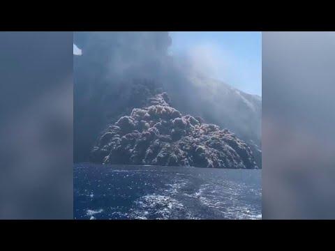 Nuova eruzione Stromboli, l'enorme nube nera avanza sul mare: la fuga della barca